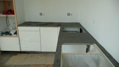 13 08 09 plan de travail en b ton cir gris en cours de r alisation maison passive dans le for Plan de travail en beton cire prix