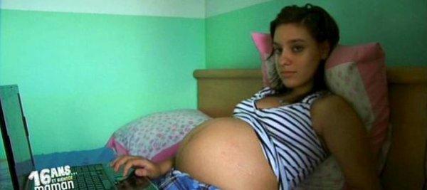 Adolescente maman montre interrompue