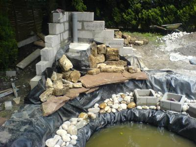 Premi res pierres de la cascade cr ation de mon bassin en temps r el - Faire une cascade en pierres bassin ...