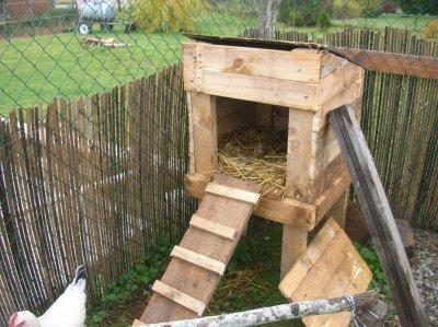 Le poulailler de mes poules fait entierement avec des for Maison pour les poules