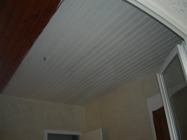 Lambris plafond blanc for Peinture lambris