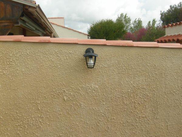Enduit lisse cabanne de jardin projete a la tyrolienne sur muret de separat - Enduit a la tyrolienne ...