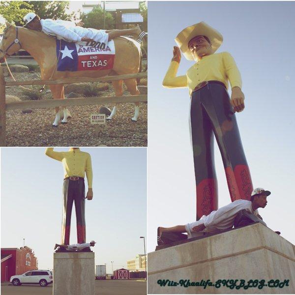Wiz Khalifa  ce prete au jeux du Planking ( faire la planche ) ce ph�nom�ne  est devune celebre sur le net grace au c�l�brit�s qui si prete ... Moi je trouve sa SWAG !!