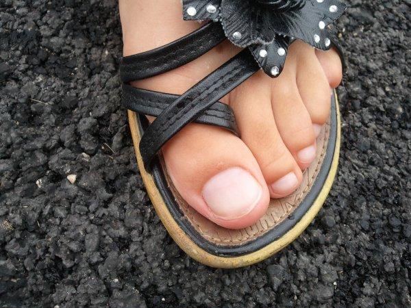 ***VIDEO*** Elle lui d�calotte sont glands avec ces pieds
