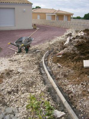 Travaux de terrassement pour 2 jardins l 39 le d 39 albe for Bordure de jardin arrondie