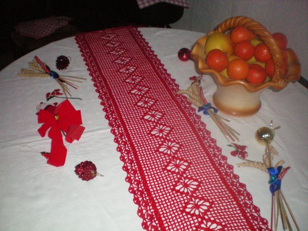 chemin de table rouge mes ouvrages au crochet. Black Bedroom Furniture Sets. Home Design Ideas
