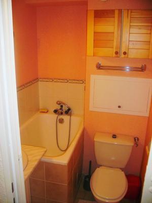 Salle de bains studio les carroz 74 for Salle de bain avec baignoire sabot