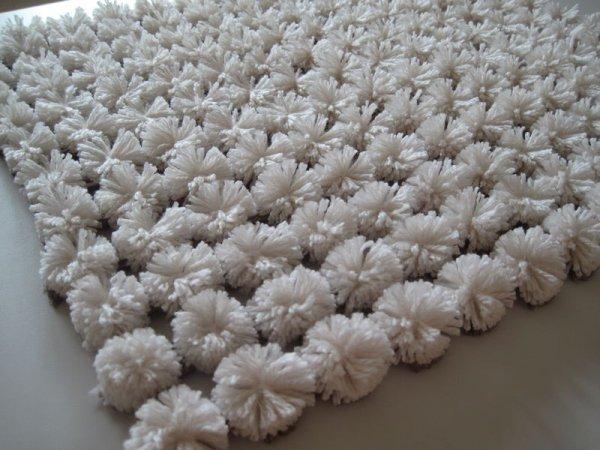 Que faire avec un vieux cadre un tapis pompon voyons - Faire un tapis en pompon ...