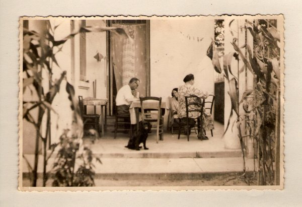 . deux soeurs de mon p�re ,Magdeleine1899-1990 et Marie 1904-1983.dessous mon p�re Jean-Baptiste  1906-1998 et la  maison chez grand m�re � l'avenue des sablettes avec son 2eme �poux Louis Guibaudo la soeur de mon p�re  Marie..