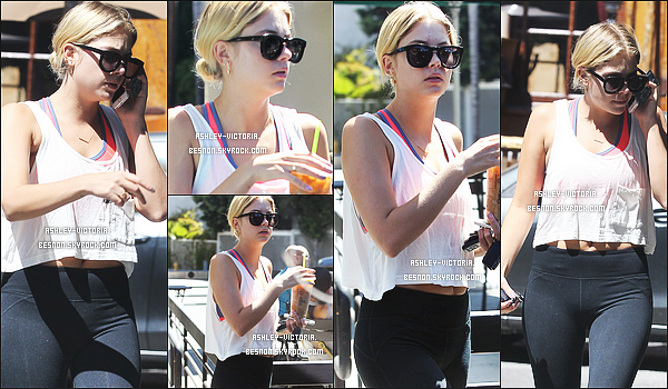 23.07.2014  Ashley Benson sortant pour aller prendre un caf� chez Starbucks � Los Angeles, petit TOP!    Une tenue tr�s simple et des lunettes, Ashley est encore au naturel niveau maquillage. Votre avis sur la tenue de Miss Benson?