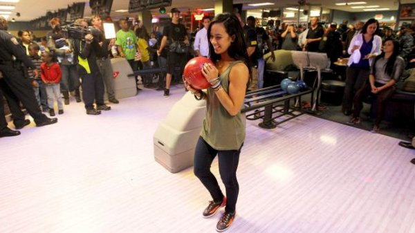 SUPERSTARS AND DIVAS SIGN AUTOGRAPHS AND BOWL WITH THE TROOPS (Part 2
