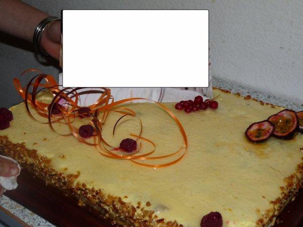 Entremet Fruits de la passion et vanille avec des amandes caram�lis�es au milieu, une explosion de saveurs!!!!!