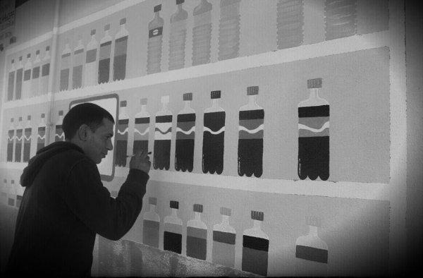 Mounir Belhaoui en pleine action sur le mur du magasin Spar