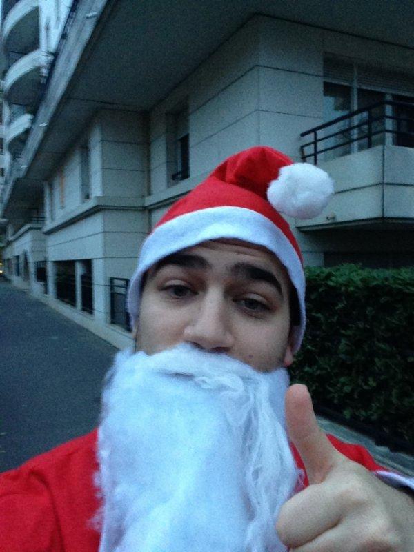 Karim le p�re no�l part se faire offrir des cadeaux par les passants !