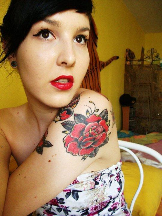 Les l�vres aussi rouges que ses roses ..