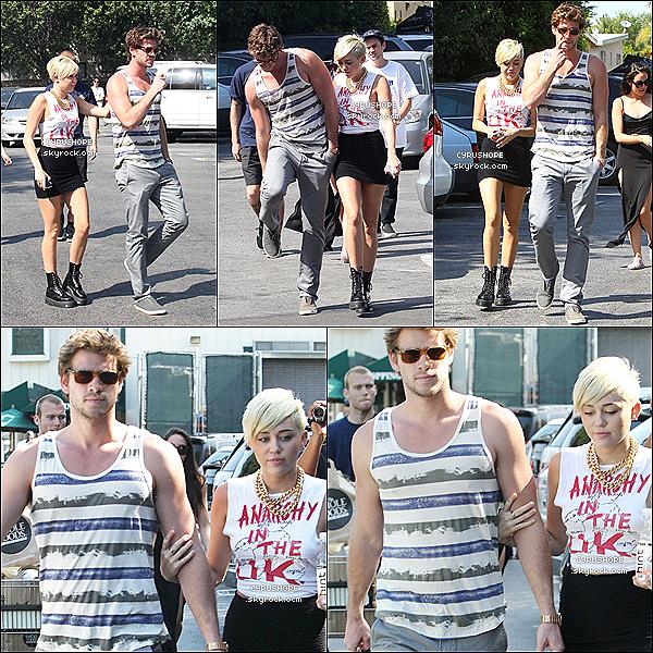 . 11/09/2012 - Miley et Liam ont �t� rep�r�s chez Whole Foods dans Los Angeles..