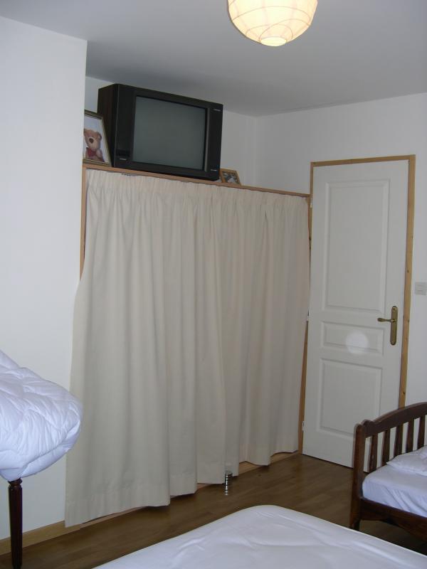 rideaux pour fermer les placards dans les chambres la maison du nounours. Black Bedroom Furniture Sets. Home Design Ideas