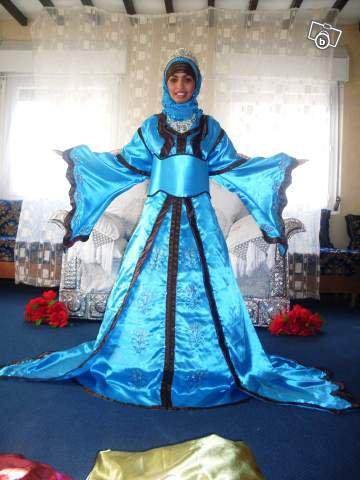 Caftan a traine bleu turquoise et marron haynes for Bleu turquoise et marron
