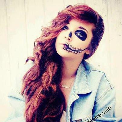 une fille avec un maquillage un peu gothique.