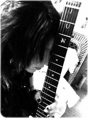 .  L'int�rieur grav� de mes souvenirs La douleur qui ne dispara�tra pas  Et le r�ve de la sc�ne perdue qui se r�p�te C'est douloureux, tu me manquesC'est comme si j'�tais en train de me briser  �treint mon coeur endommag�... .