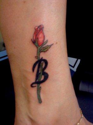 petite rose avec son initiale tatouage. Black Bedroom Furniture Sets. Home Design Ideas