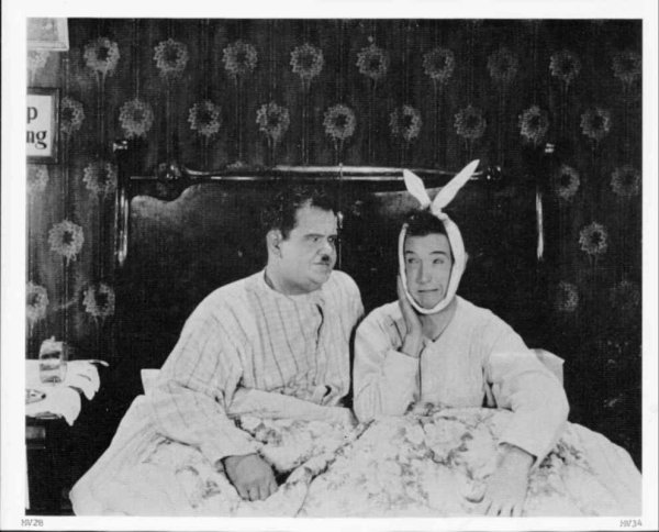 C'est moi Laurel .C'est toi Hardy. C'est toi le gros et moi le petit .C'est toi Laurel C'est moi Hardy. Et nous sommes de bons amis  Quand un y va, l'autre le suit .Toujours ensemble, toujours unis .On se dispute mais qu'est-ce qu'on rit .Nous sommes Laurel et Hardy ! Je ne sais pas pour vous , mais moi qu'est ce que j' ai pu me marrer avec eux deux !!