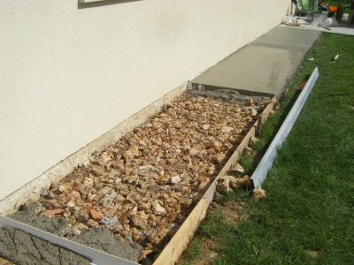 Commencement du contour de ciment la construction de notre maison phenix for Amenagement contour maison