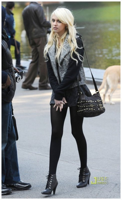 taylor momsen j 39 aime ce look car il est moins trash. Black Bedroom Furniture Sets. Home Design Ideas