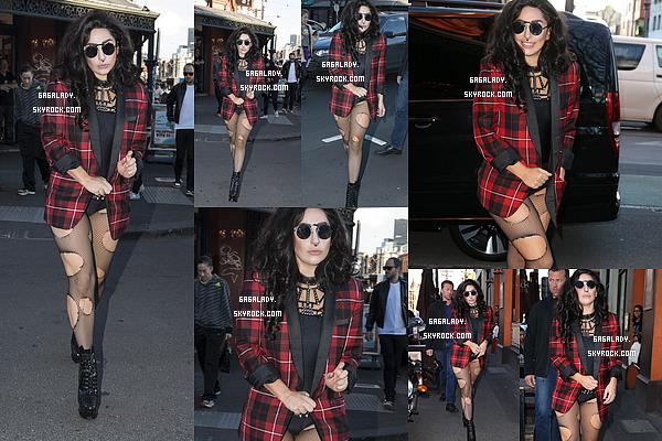 22.08.2014 - Lady Gaga se promenant dans les rues de Melbourne en Australie. Simple et souriante TOP!   Une tenue assez simple pour Lady Gaga. Niveau cheveux: un top aussi. On dirait Gaga en 2007. Que pensez vous de �a tenue?
