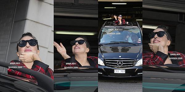 25.08.2014 - Lady Gaga sortant de son h�tel toujours � Melbourne en Australie. Elle est souriante!   Plus tard, Lady Gaga �tait dans le Werribee Open Range Zoo pour une visite en v�hicule. Que pensez vous de �a tenue?