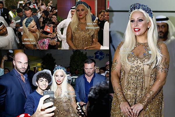 - Le 8 septembre 2014, Lady Gaga arrivant � Duba� dans une tenue locale. Un gros TOP!