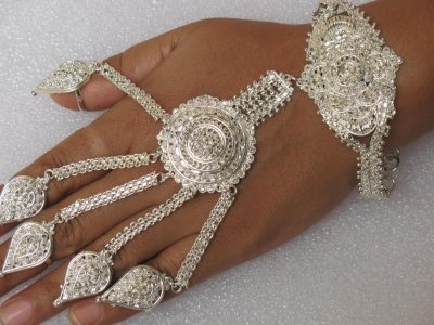 Bijou indou pour main couleur argent 20euros sari for Peinture couleur argent pour bijoux