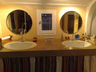 Salle de bain douche tadelakt aux murs b ton en plan de travail constructions d cologique Salle de bain avec plan de travail
