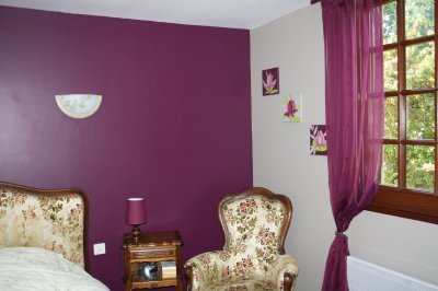mur en satinelle aubergine et gris de su de la. Black Bedroom Furniture Sets. Home Design Ideas