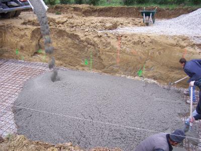 Coulage du radier la construction de ma piscine tape for Radier piscine beton