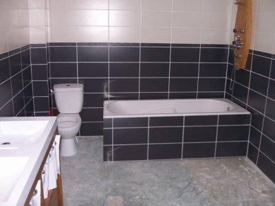 Version gris version blanc la grande aventure r nover notre maison - Carrelage salle de bain gris et blanc ...