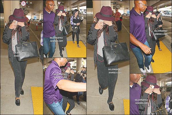 14/10/14 : Selena Gomez a �t� aper�ue, essayant de se cacher, � l'a�roport de � LAX  � situ� � - Los Angeles. Apparemment, Ashley Cook une amie de Selena vivrait d�sormais avec cette derni�re dans le quartier de Calabasas � Los Angeles..
