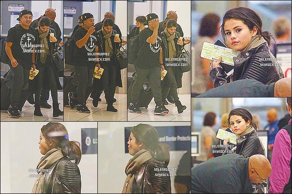 20/10/14 : Selena Gomez a �t� vue alors qu'elle embarquait � l'a�roport de � LAX  � situ� � - Los Angeles, CA. La belle �tait en compagnie de Orlando Bloom et Alfredo Flores. SelenaG prenait un vol pour Vancouver afin de pr�senter We Day..