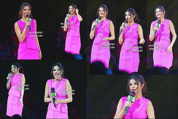 22/10/14 : Selena �tait pr�sente comme pr�vu sur le plateau � We Day  � dans la ville de Vancouver au Canada. Comme beaucoup de c�l�brit�s, Selena participait � l'�mission v�tue d'une jolie robe rose fushia simple qui lui va � ravir. C'est un top!