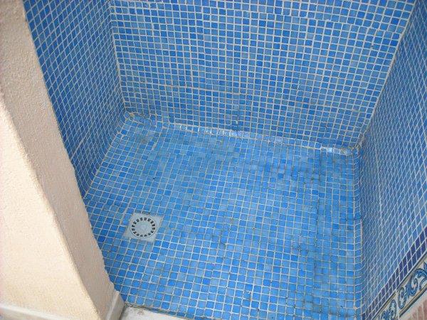 Coin douche � proximit� du BBQ et de la piscine!