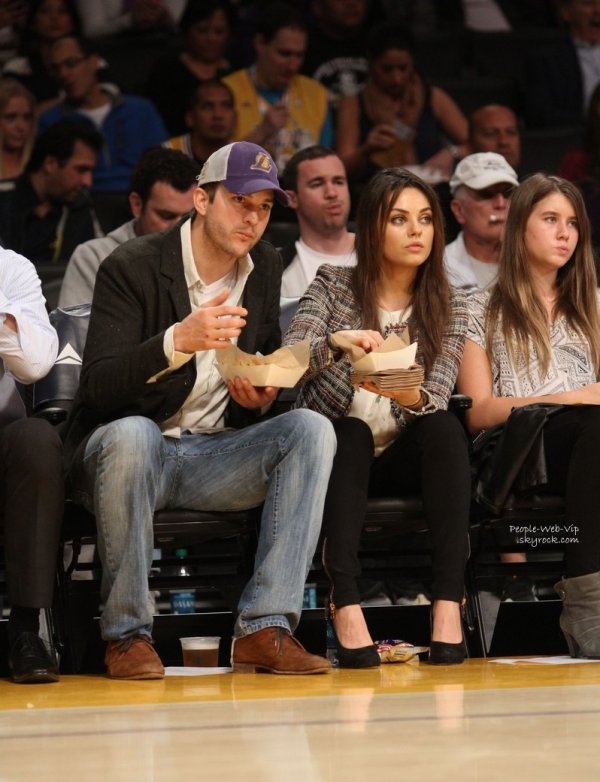 Ashton Kutcher et sa fianc�e Mila Kunis ont �t� aper�us a un match de basket-ball de Los Angeles au Staples Center  (mardi (4 Mars ) � Los Angeles)