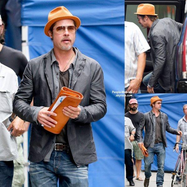 Brad Pitt avec un script dans les mains, a �t� aper�u dans les rues de New York. ( samedi apr�s-midi (Ao�t 30) � New York. )