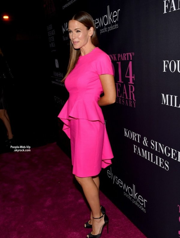 "Jennifer Garner aper�ue lors de la soir�e ""Elyse Walker's 10th Anniversary Pink Party"". On aime sa tenue? (samedi (18 Octobre) au HANGAR: 8 � Santa Monica, en Californie. )"