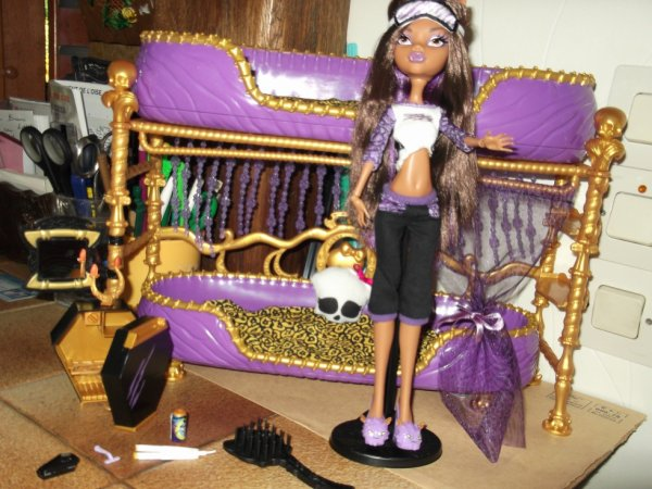 clawdeen et son lit monster high faan. Black Bedroom Furniture Sets. Home Design Ideas