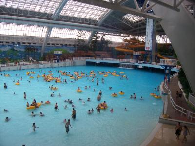 Giga piscine vague in the wem angely for Glissade eau interieur