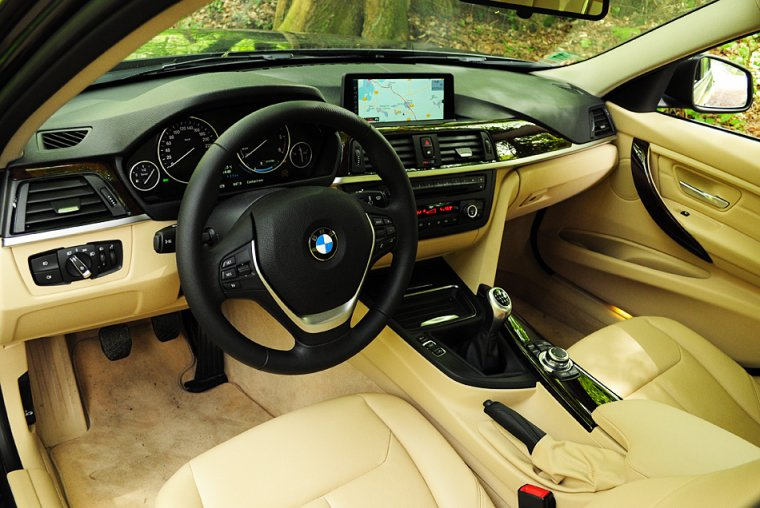 Bmw s rie 3 audi a4 le duel newschool toofu vivons for Interieur q3