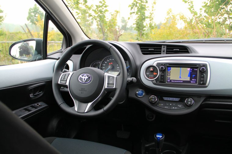 Toyota yaris peugeot 208 le duel newschool toofu for Interieur yaris