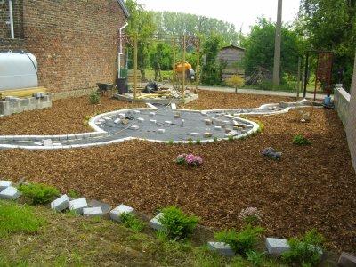 le jardin en contre bas de la piscine notre piscine. Black Bedroom Furniture Sets. Home Design Ideas