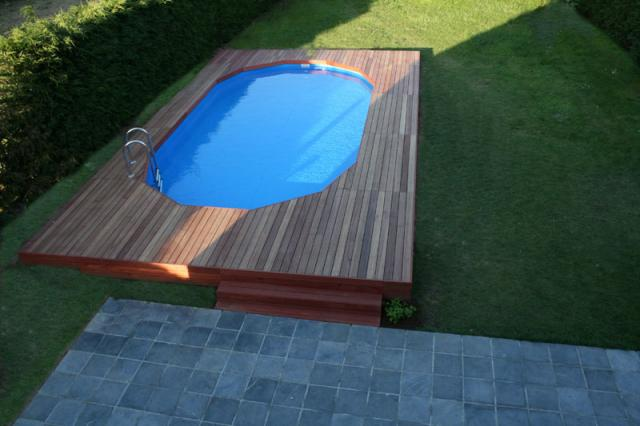 piscine hors sol semi enterr e avec terrasse en bois. Black Bedroom Furniture Sets. Home Design Ideas