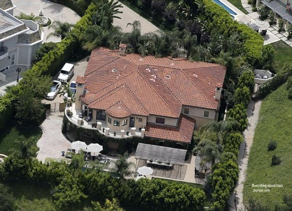 Khlo kardashian sa maison cambriol e 250 000 dollars for Decoration maison kardashian